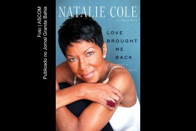 Capa do livro 'Love Brought Me Back: A Journey of Loss and Gain' (O Amor Trouxe-me de volta: Uma jornada de perda e ganho' de autoria de David Ritz, aborda vida de Stephanie Natalie Maria Cole (Natalie Cole).