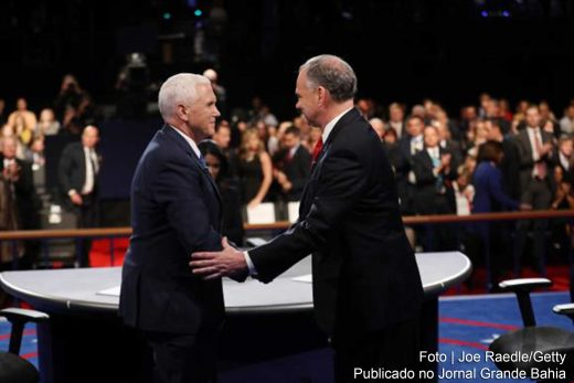 Os candidatos a vice-presidente dos Estados Unidos, o republicano Mike Pence (E) e o democrata Tim Kaine (D), se cumprimentam ao final do debate que ocorreu na Universidade de Longwood, em Farmville, na Virginia.