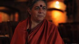 "Entre as muitas honrarias que Vandana Shiva conquistou, está o Right Livelihood Award, chamado de ""Prêmio Nobel Alternativo""."